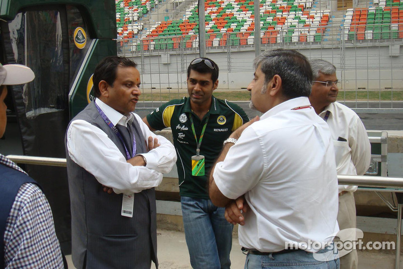 Manoj Gaur, Executive Chairman, Jaypee Group, talking to Karun and Vicky Chandhok in the pitlane
