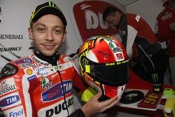 Valentino Rossi, Ducati Marlboro Team, présente son casque hommage à Marco Simoncelli