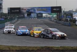 Tom Coronel, BMW 320 TC, ROAL Motorsport leads Colin Turkington, BMW 320 TC, Aviva-Cofco Wiechers-Sport