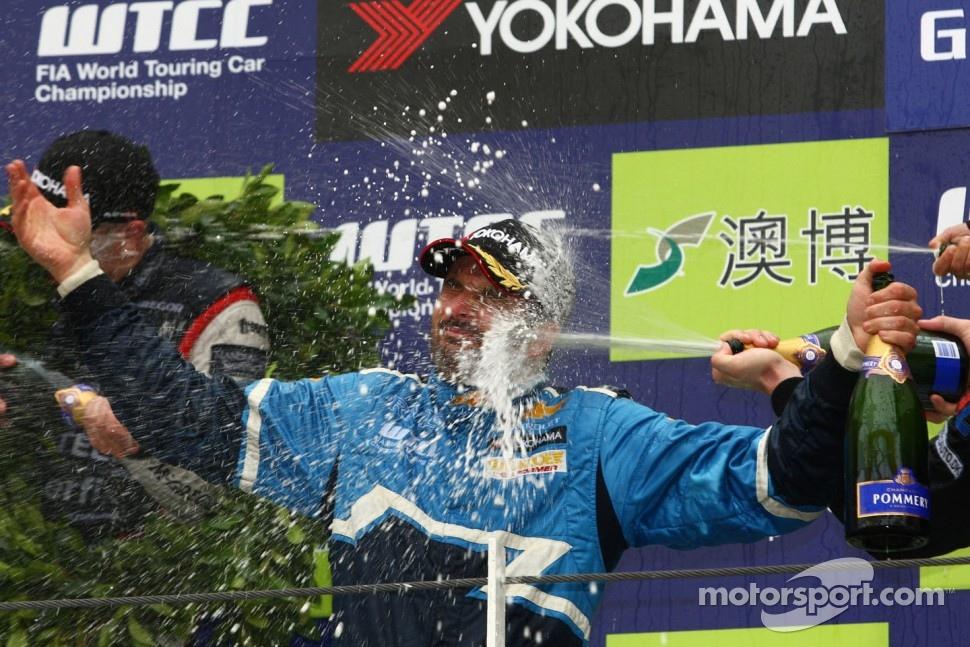 Yvan Muller, Chevrolet Cruz 1.6T, Chevrolet WTCC Champion 2011 and Robert Huff, Chevrolet Cruze 1.6T, Chevrolet