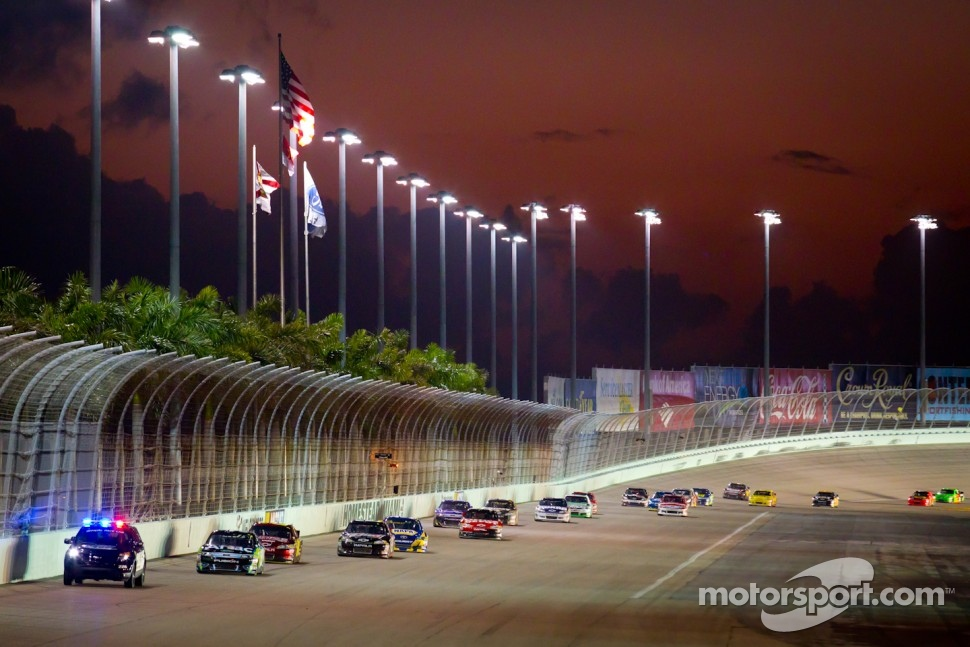 Race restart after more than an hour: pace car leads Carl Edwards, Roush Fenway Racing Ford and the rest of the field