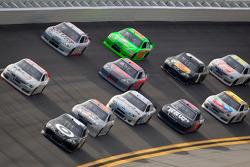 Juan Pablo Montoya, Earnhardt Ganassi Racing Chevrolet leads the pack