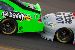 Drafting closeup: Danica Patrick, Stewart-Haas Racing Chevrolet and Tony Stewart, Stewart-Haas Racing Chevrolet