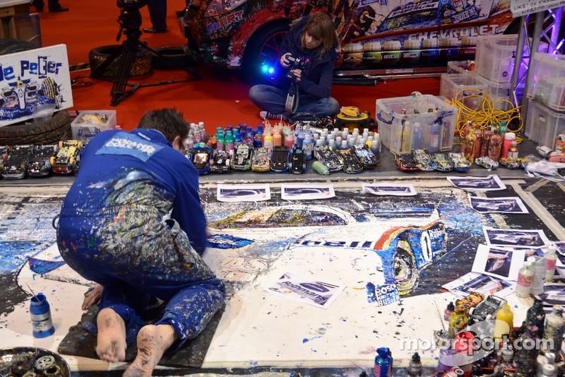 Ian Cook is een kunstenaar die telegeleide wagentjes gebruikt om kunstwerken te maken popbangcolour.com