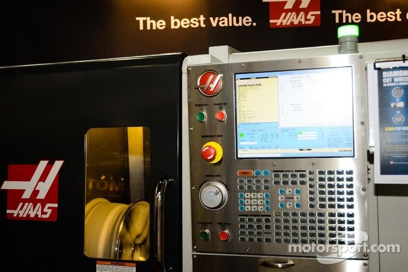 HAAS CNC Machine - diamant werkt een wiel bij
