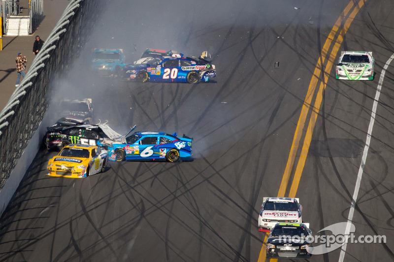 Kyle Busch, Kyle Busch Motorsports Toyota en Ricky Stenhouse Jr., Roush Fenway Ford botsing