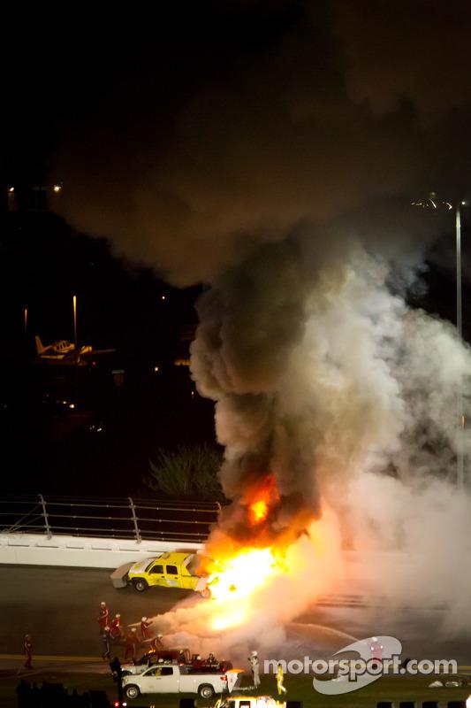 Truck in vuur en vlam na crash Juan Pablo Montoya, Earnhardt Ganassi Racing Chevrolet