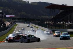 Start race 2, Maxime Potty, Michaël Mazuin Sport, Volkswagen Golf GTI TCR en Pepe Oriola, Lukoil Craft-Bamboo Racing, SEAT León TCR, crashen