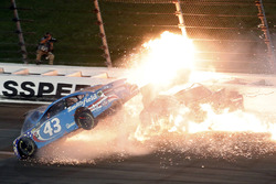 Aric Almirola, Richard Petty Motorsports Ford, Danica Patrick, Stewart-Haas Racing Ford, Joey Logano, Team Penske Ford in een grote crash