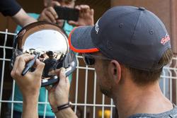 Jenson Button, McLaren signs autographs