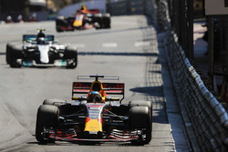 Daniel Ricciardo, Red Bull Racing RB13, Valtteri Bottas, Mercedes AMG F1 W08