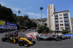 Romain Grosjean, Haas F1 Team VF-17, Kevin Magnussen, Haas F1 Team VF-17, Nico Hulkenberg, Renault Sport F1 Team RS17 on the formation lap