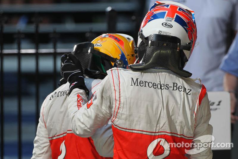 Lewis Hamilton, McLaren Mercedes en winnaar Jenson Button, McLaren Mercedes