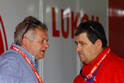 Evnegy Malinovskiy, Lukoil Marketing Director en Antonio Rodrigues, Team Manager Lukoil Racing Team