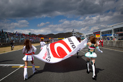 Race queens head to starting grid