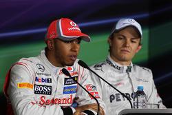 Lewis Hamilton, McLaren met polezitter Nico Rosberg, Mercedes AMG F1 in de FIA persconferentie