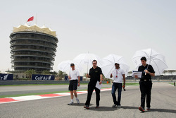 Narain Karthikeyan, Hispania Racing F1 Team, walks the circuit