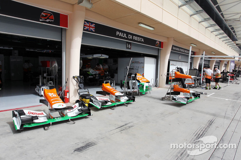 Sahara Force India F1 VJM05 voorvleugel in de pits