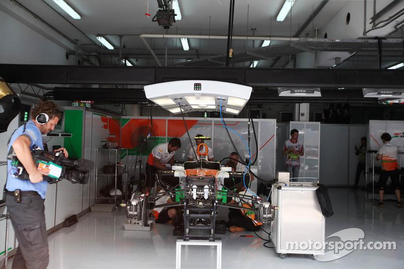 Sahara Force India F1 Team mecaniciens werken aan de Sahara Force India F1 van Nico Hulkenberg, Saha