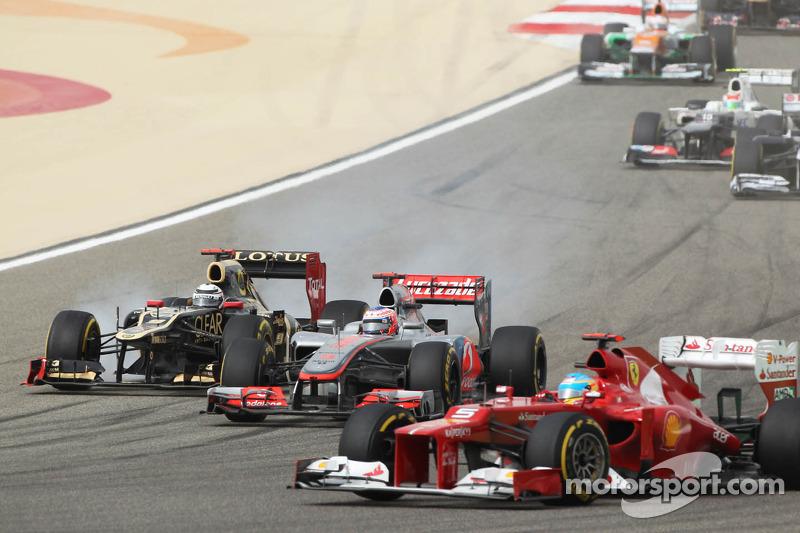 Fernando Alonso, Ferrari voor Jenson Button, McLaren en Kimi Raikkonen, Lotus bij de start van de ra