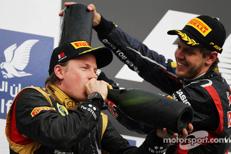 Kimi Raikkonen, Lotus F1 Team viert tweede plaats op podium met winnaar Sebastian Vettel, Red Bull R