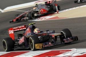 Jean-Eric Vergne, Scuderia Toro Rosso leads Lewis Hamilton, McLaren Mercedes
