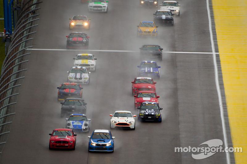 GS start: #35 Subaru Road Racing Team Subaru WRX-STI: Andrew Aquilante, Bret Spaude en #51 Roush Performance Mustang Boss 302R: Shelby Blackstock, Jade Buford aan de leiding