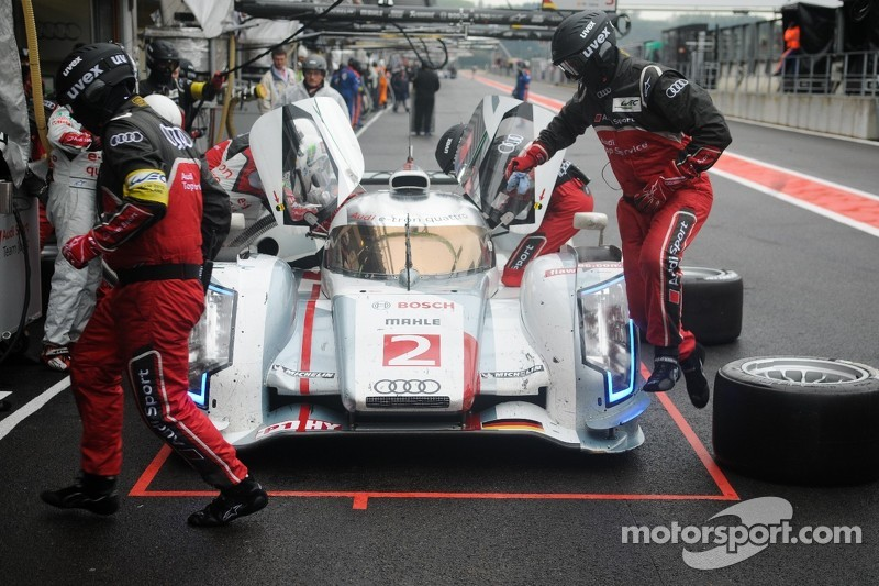 Audi pitcrew leap into action...