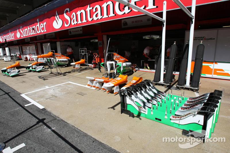Sahara Force India F1 VJM05 onderdelen in de pits