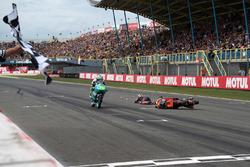 Йоан Мир, Leopard Racing; на заднем плане – падение Бо Бенснейдера, Red Bull KTM Ajo
