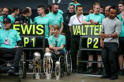 Yarış galibi Lewis Hamilton, Mercedes AMG F1 ve 2. Valtteri Bottas, Mercedes AMG F1, Billy Monger, Nicolas Hamilto