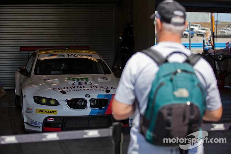 Fan bewondert de #55 BMW voor de race