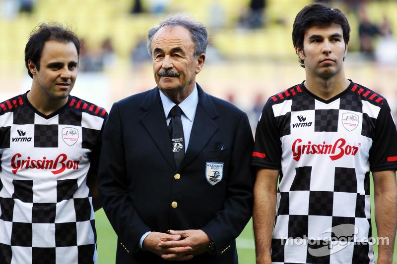 Felipe Massa, Ferrari met Sergio Perez, Sauber in voetbalmatch voor het goede doel