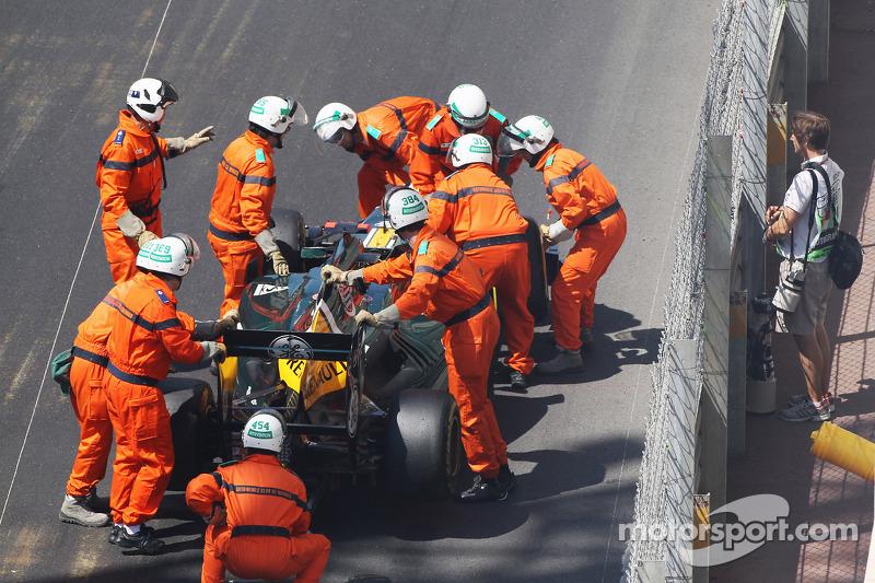 Heikki Kovalainen, Caterham blaast motor op tijdens eerste vrije training