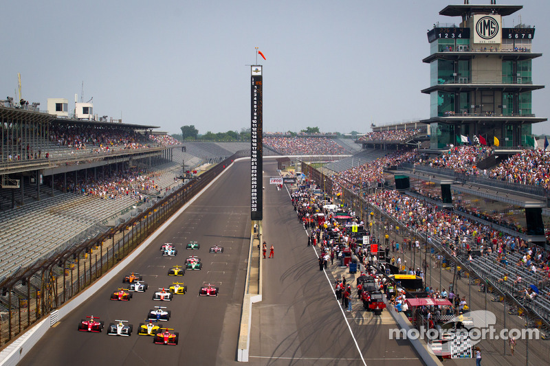 Start: Carlos Munoz, Andretti Autosport leads the field
