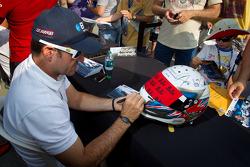 Rubens Barrichello, KV Racing Technology Chevrolet signeert helm voor Dan Wheldon