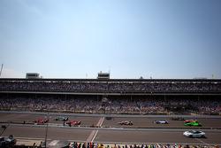Restart: Dario Franchitti, Target Chip Ganassi Racing Honda leads the field