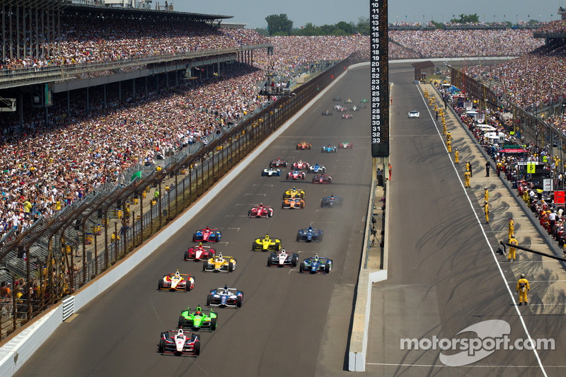 Start: Ryan Briscoe, Team Penske Chevrolet leads the field