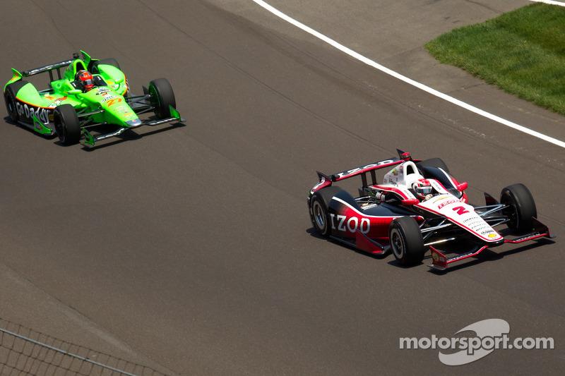 Ryan Briscoe, Team Penske Chevrolet passes James Hinchcliffe, Andretti Autosport Chevrolet for the lead on lap 2