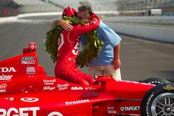Winners photoshoot: Dario Franchitti, Target Chip Ganassi Racing Honda with his dad
