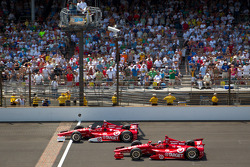 Dario Franchitti, Target Chip Ganassi Racing Honda and Scott Dixon, Target Chip Ganassi Racing Honda battle for the lead