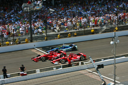 Dario Franchitti, Target Chip Ganassi Racing Honda and Scott Dixon, Target Chip Ganassi Racing Honda lead a restart