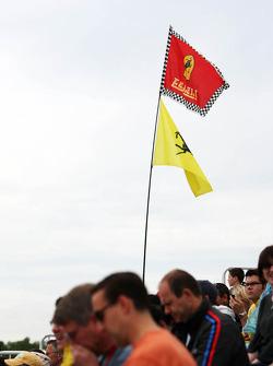 Ferrari vlaggen en fans in tribune