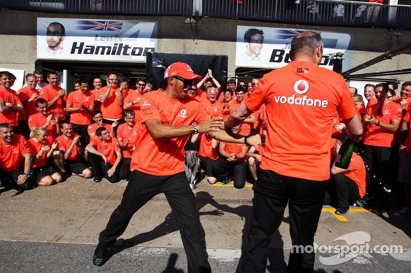 race winner Lewis Hamilton, McLaren Mercedes and Ron Dennis, McLaren Mercedes Executive Chairman celebrate with the team