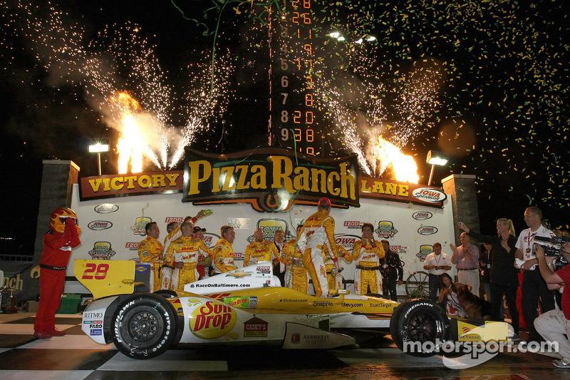 Victory lane: race winner Ryan Hunter-Reay, Andretti Autosport Chevrolet