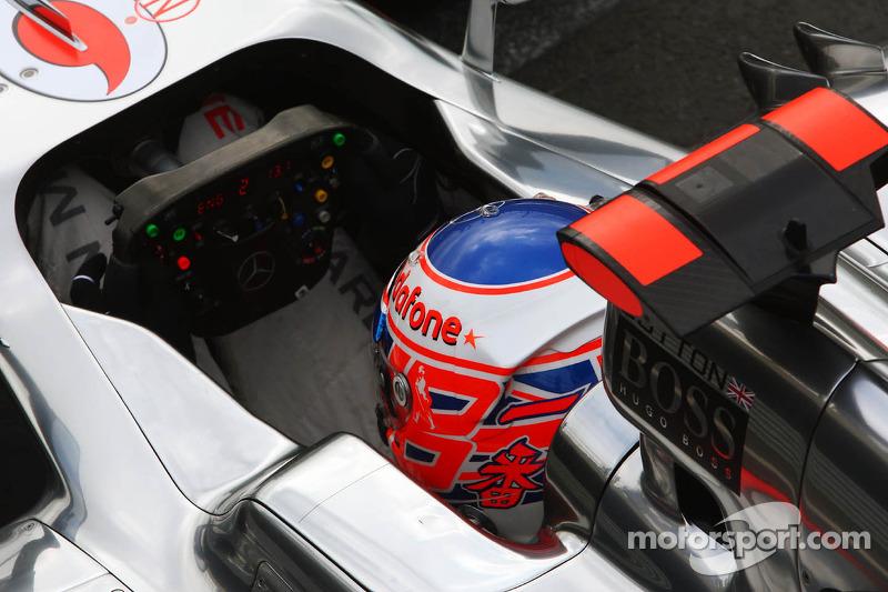 Jenson Button, McLaren met ster op de helm voor Maria De Villota, Marussia F1 Team testrijder