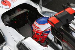 Jenson Button, McLaren, mit einem Aufkleber für Maria de Villota, Marussia F1 Team