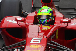 Felipe Massa, Ferrari, mit einem Aufkleber für Maria de Villota, Marussia F1 Team