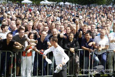 Mercedes AMG F1 rijders bezoeken een Mercedesfabriek