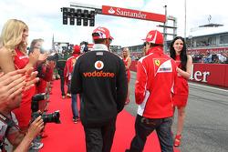 Lewis Hamilton, McLaren y Fernando Alonso, Ferrari en el desfile de pilotos